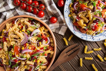 ベジタリアンのメキシコ マカロニ パスタ赤豆、トウモロコシ、トマト、タマネギ、コショウ サラダ 写真素材