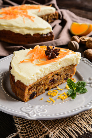 mascarpone: Carrot cake with mascarpone, walnuts, cranberries and raisins
