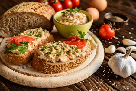 地鶏卵、マスタード、ニンニク、唐辛子と広がる全粒小麦のパンのスライス