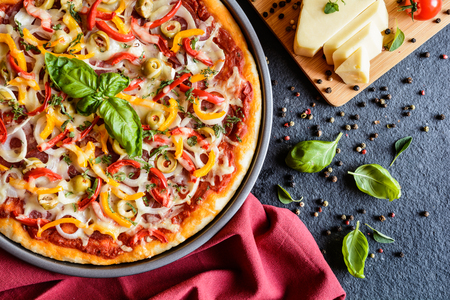 pepper salami: Salami pizza with green olives, pepper, onion and Edam cheese