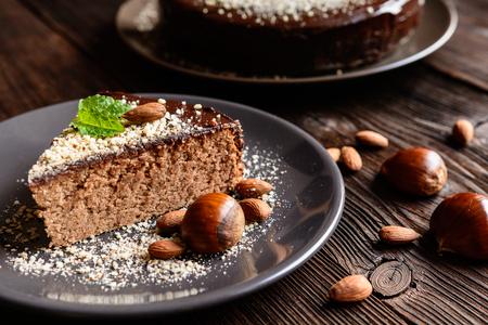 Heerlijke kastanjecake met amandelen en chocolade glazuur Stockfoto
