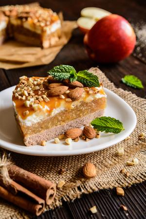 Heerlijke cake met appel en slagroom vullen, gegarneerd met karamel en amandel