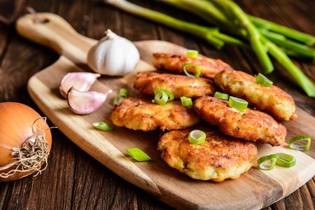 Gebratenes pikante Thunfisch Pfannkuchen mit Kartoffeln, Zwiebeln und Knoblauch