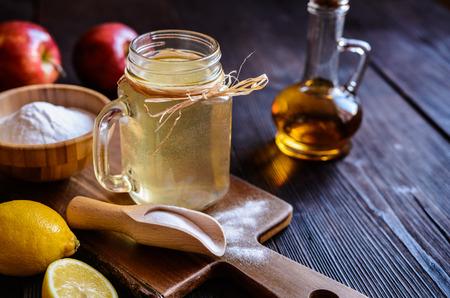 Detox drink made of water, apple cider vinegar, lemon juice and baking soda 免版税图像