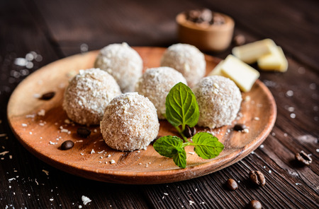 truffe blanche: Cappuccino truffles sprinkled with grated white chocolate