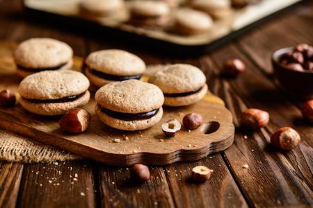 チョコレート クリームとヘーゼル ナッツのショートブレッド サンドイッチがいっぱい 写真素材