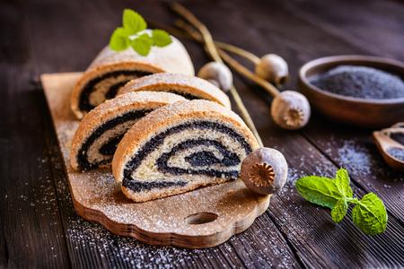 Delicioso strudel de amapola rociado con azúcar en polvo Foto de archivo - 82165351