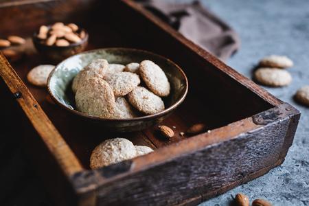 Biscotti amaretti - dolce tradizionale italiano alle mandorle