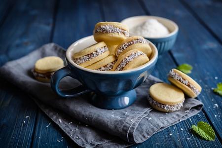 アルファホレス - キャラメルミルクとココナッツで満たされた伝統的なサンドイッチクッキー