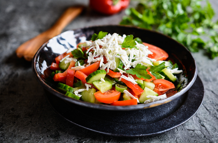 Shopska Salad - traditional Bulgarian salad with tomato, cucumber, pepper, scallion, parsley and cheese 版權商用圖片
