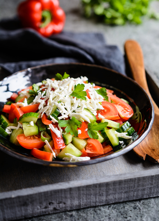 Shopska Salad - traditional Bulgarian salad with tomato, cucumber, pepper, scallion, parsley and cheese Stockfoto