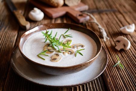 Schüssel mit frisch gekochter cremiger Pilzsuppe