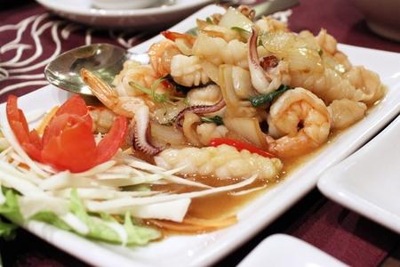 santa cena: revuelva los camarones fritos y calamar en la albahaca santa - comida tailandesa