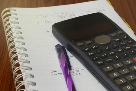 La Resolución De Problemas Matemáticos En Un Cuaderno. Teléfono Con ...