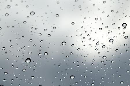 condensacion: La condensación sobre el vidrio, la condensación en la ventana, gotas de agua sobre el vidrio después de la lluvia Foto de archivo