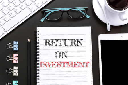 barter: Text Return on investment on white paper background  business concept Stock Photo