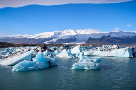 icebergs from Glacier floating in a lagoon in Iceland as a result of global warming Imagens - 112188503