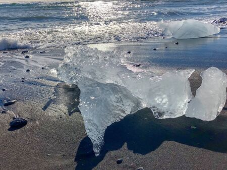 iceberg washed up on the black sand beach of Iceland's diamond beach near the Glacier Lagoon Banque d'images - 135494006
