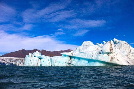 Icebergs de Glacier flottant dans un lagon en Islande en raison du réchauffement climatique