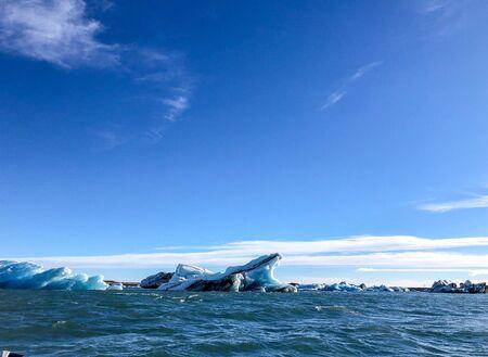 Icebergs de Glacier flottant dans un lagon en Islande en raison du réchauffement climatique Banque d'images