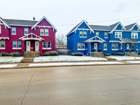 colorful homes in Wisconsin Winter Banque d'images - 137571931