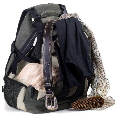 Rucksack mit Kleidern isoliert auf wei�em Hintergrund