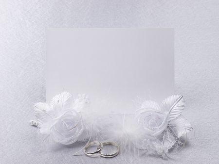 Anillos de boda de plata en una tarjeta