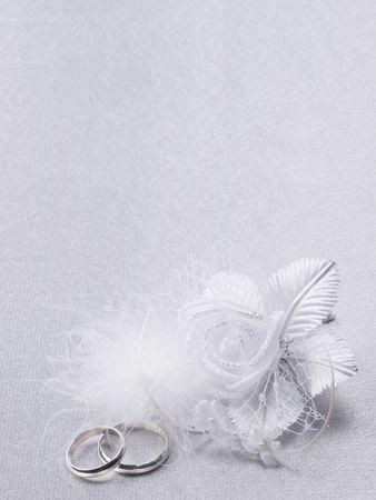 vers  ¶hnung: Zwei Silber-Hochzeiten Ringe und floralen Dekoration
