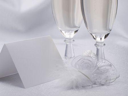Wei�e Karte, Hochzeit Blumen aus Seide auf einem Hintergrund aus satin