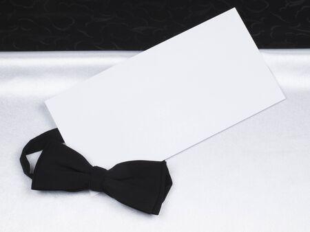 Karte, Fliege auf einem Hintergrund schwarz und wei� Seide Lizenzfreie Bilder