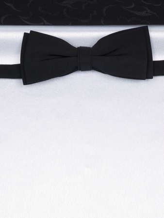 black tie: Corbata sobre un fondo blanco y negro de seda