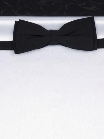 ruban noir: N?ud papillon sur une arri�re-plan noir et blanc de soie