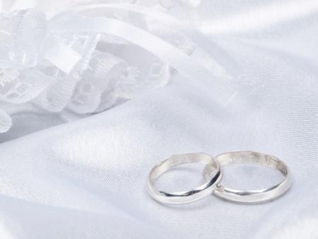 Hintergrund aus wei�en Seide mit einem Spitzen und Ringe Lizenzfreie Bilder