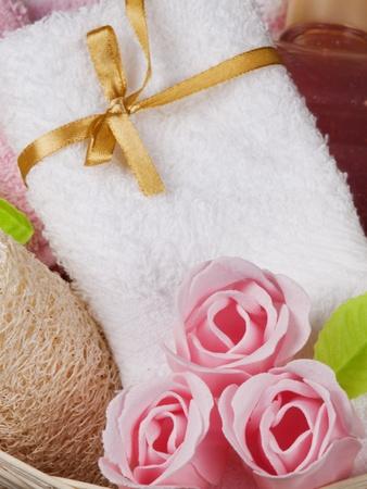 Spa-Konzept mit Kerze, Handtuch, Seife als eine Blume Rose  Lizenzfreie Bilder