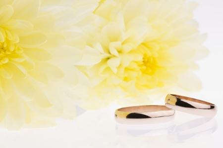 Gelbe Blumen und Gold Eheringe Lizenzfreie Bilder