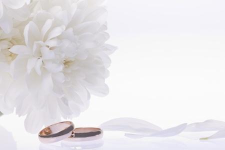 Wei�e Blumen und Gold Eheringe
