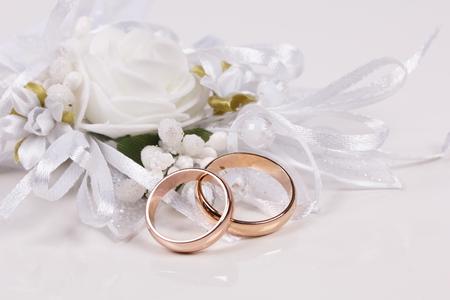 Wei� Hochzeiten accessorie und zwei goldene Ringe