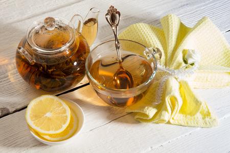 Gr�ner Tee mit Jasmin und Chrysantheme in einer Teekanne Lizenzfreie Bilder