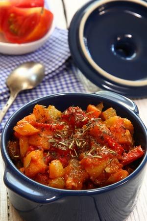 legumbres secas: Estofado verduras en salsa de tomate con hierbas secas
