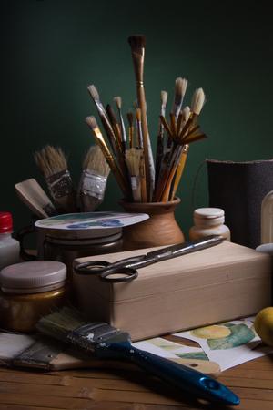 tijeras: Todav�a vida con las herramientas y materiales para decoupage sobre un fondo verde