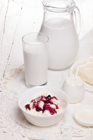 fresh sour cream and quark on a white table Banque d'images