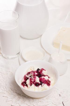 crème sure fraîche et quark sur un tableau blanc