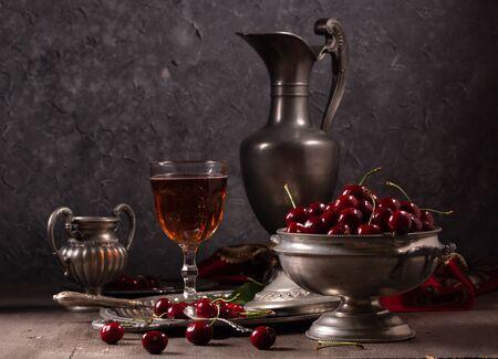 Bodegón vintage con cereza y peltre Foto de archivo
