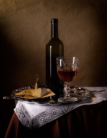 Nature morte avec du vin et du fromage dans un style vintage