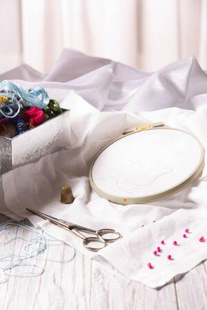 Set for manual embroidery - multi-colored threads, hoop, needles, scissors. Standard-Bild