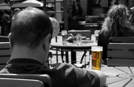 hombre tomando cerveza: Su vaso de cerveza  Foto de archivo