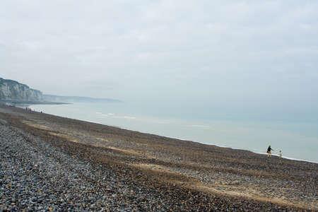 melancholijny: Żwir i brzegową na Alabaster Coast w Dieppe, Francja. Spokojna melancholijny dzień października.