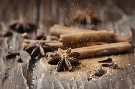 epices: Les épices de cannelle et d'anis sur la table en bois, mise au point sélective