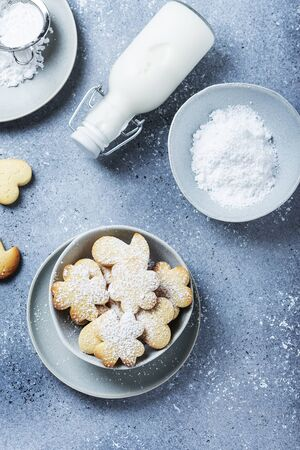 Homemade cookie with powdered sugar on the gray background, selective focus image with copy space for a text. Top view image 免版税图像