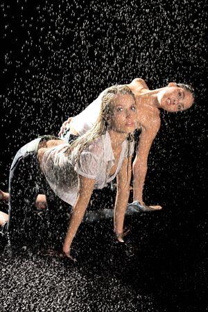 Dos mujeres en la lluvia con camisetas mojadas Foto de archivo - 882633